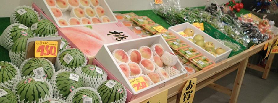 鮮魚市場ですが、白浜温泉の周辺市町村で栽培された新鮮な野菜やみかんなどの果物もあります
